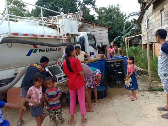 Suasana foto kegiatan pembagian air bersih