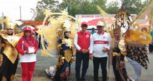 Bupati Kabupaten PALI Ir H Heri Amalindo MM dan Irwan ST foto bersama peserta karnaval