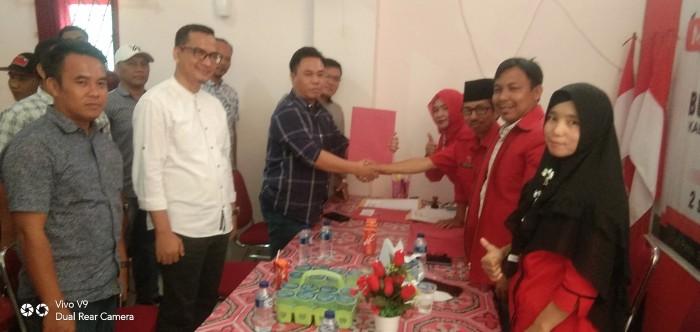 Devi Haryanto saat memberikan Formulir di DPC PDIP Kabupaten PALI